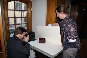 Jan fotograferar solitairespel framplockat av Sara