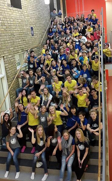 Eleverna i år 6 på Vallhamraskolan i sina Wikipedia-tröjor. Foto av Frida Lindén  [CC-BY-SA-4.0], via Wikimedia Commons