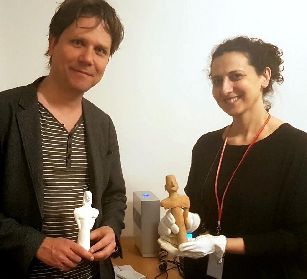 Valentina Vassallo med en av figurinerna från Aija Irini, tillsammans med Johan Hägerström, VR Sverige, som håller i en 3D-print av en annan figurin från samma fyndplats. Foto: Johanna Berg CC BY-SA.